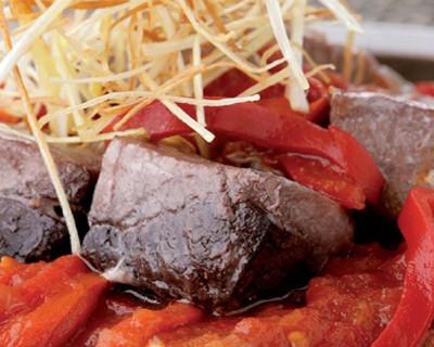 Atún salteado con tomate y pimientos del piquillo