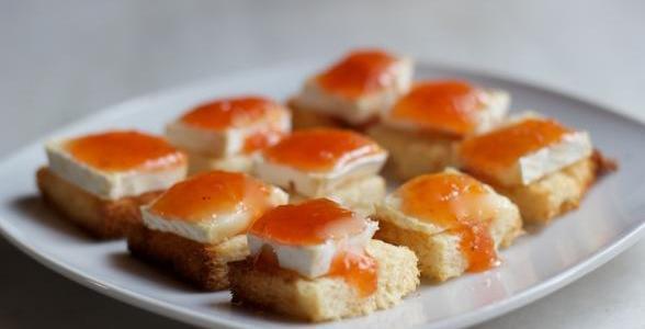 Aperitivos de queso brie con mermelada de tomate