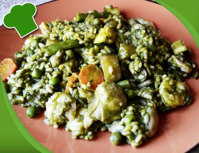 Arroz verde con verduras y langostinos