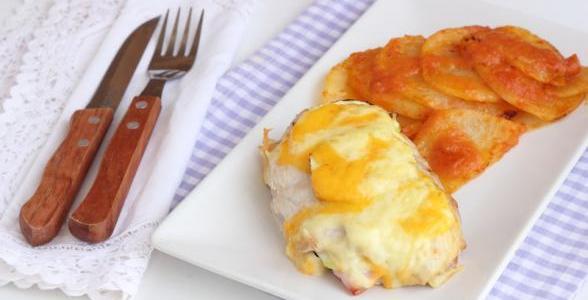 Patatas con tomate y torre de calabacín
