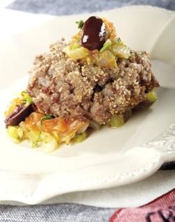 Tartar de ternera con pepinillos, perejil, cebollas, tomates y olivas